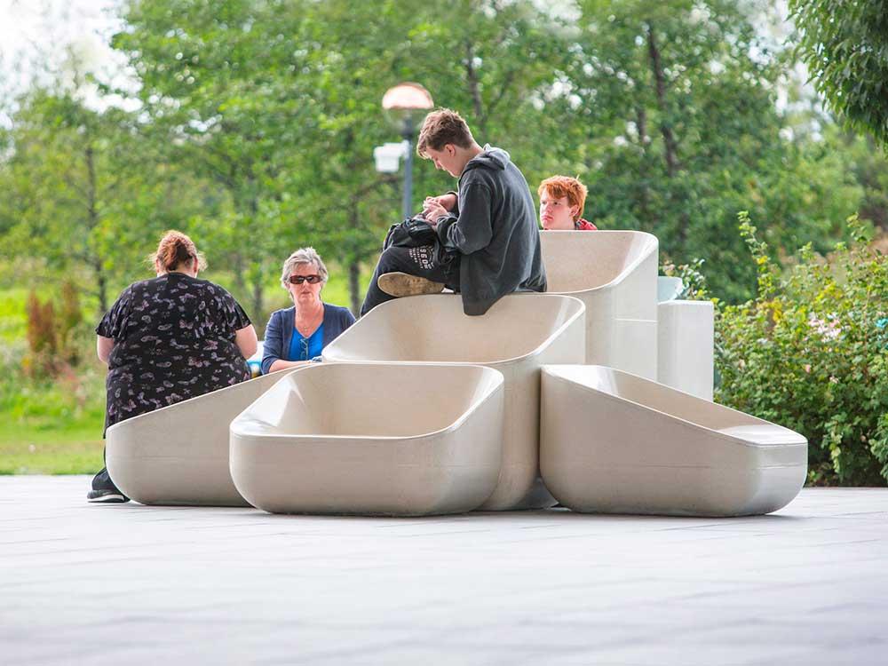Steps, de Raw Edges: los sillones de hormigón colonizan el espacio público