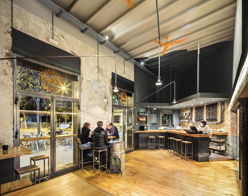 Hoppiness Beer Bar, la taberna popular de Jordi Ginabreda Studio