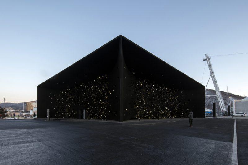 Asif Khan viste un pabellón de Vantablack VBx2 para los juegos olímpicos de Corea del Sur. Fotografía: Luke Hayes