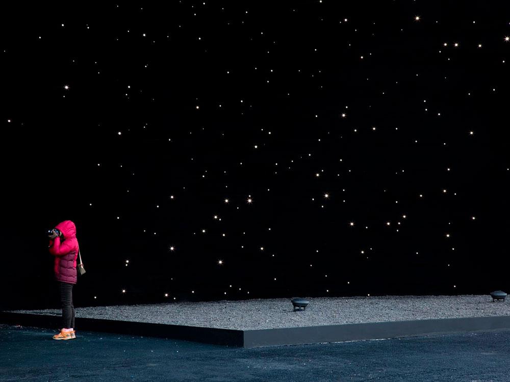 Hyundai Pavilion: Asif Khan viste un pabellón con el material más oscuro del mundo