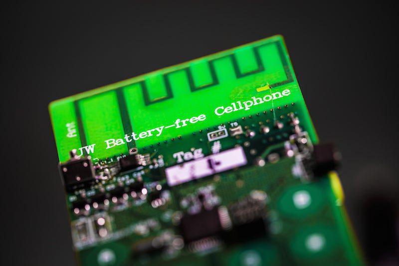 Diseñan un móvil sin batería que consume energía del ambiente