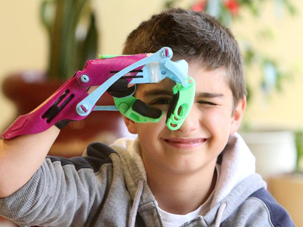 Atomic Lab: manos y brazos mecánicos impresos en 3D. Unproyecto solidario