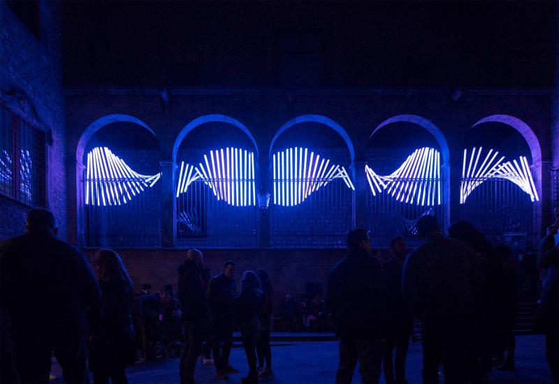 """El IED Barcelona presenta la instalación """"People are light"""" en el patio del Espacio Simon 100 durante el festival Llum BCN 2018"""