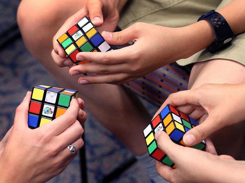 Ernő Rubik, el creador del juguete más vendido de la historia, cumple años