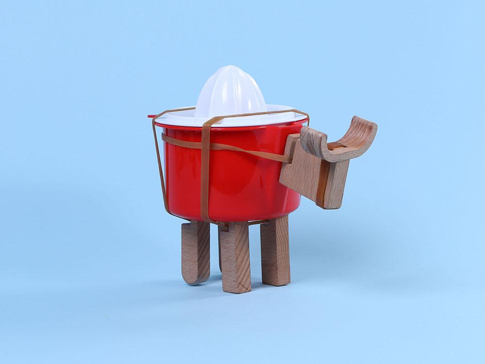Roder, las piezas de madera que convierten objetos cotidianos en juguetes