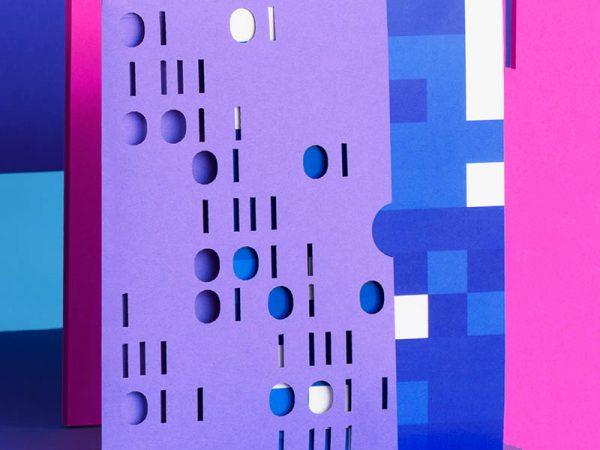 Estética informática en la imagen de Crack The Code, diseñada por Futura