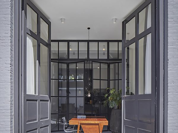 Un atelier convertido en apartamentos privados por el Estudio Modijefsky