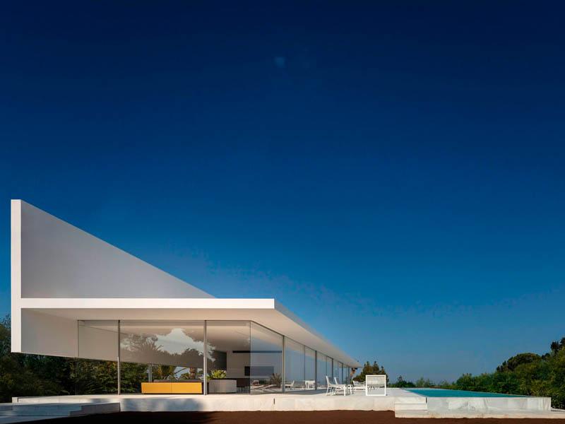Casa Hofmann, un proyecto Fran Silvestre. Luz natural, rodeada de jardines y con vista al mar