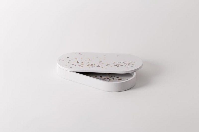 Juan Ruiz Rivas es diseñador industrial y se especializó en el diseño artesanal con materiales nobles y naturales. Muestra de ello es su línea TerrazoPieces que busca llevar la estética de los suelos de terrazzo a los objetos cotidianos de sobremesa.