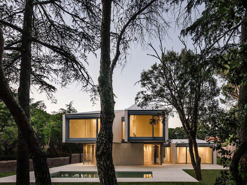 Casa M4, de Zooco Estudio. Volúmenes de piedra caliza en la sierra madrileña