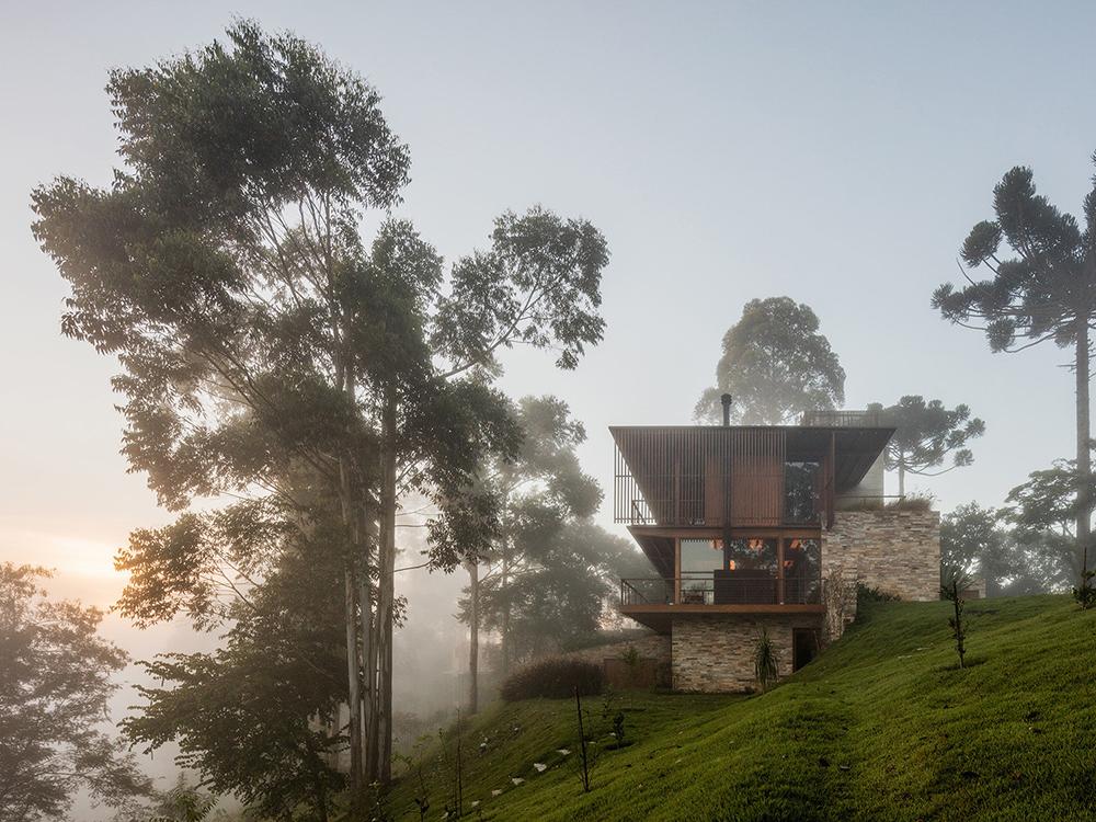 Residencia CM, de Reinach Mendoça. Madera, piedra y hormigón en los bosques de San Pablo