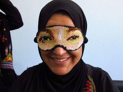 """""""Gafas que despiertan"""", llamando a no cerrar los ojos frente a la situación en Palestina."""
