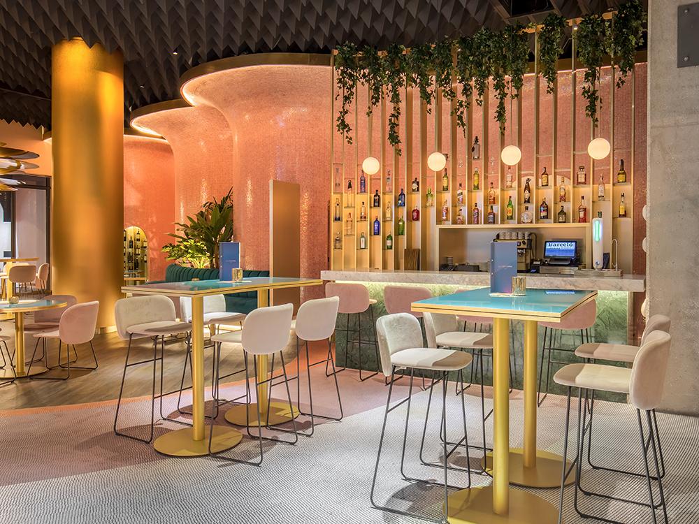 Rediseño de la planta baja del Hotel Barceló Málaga. Curvas y color de la mano de Ilmiodesign