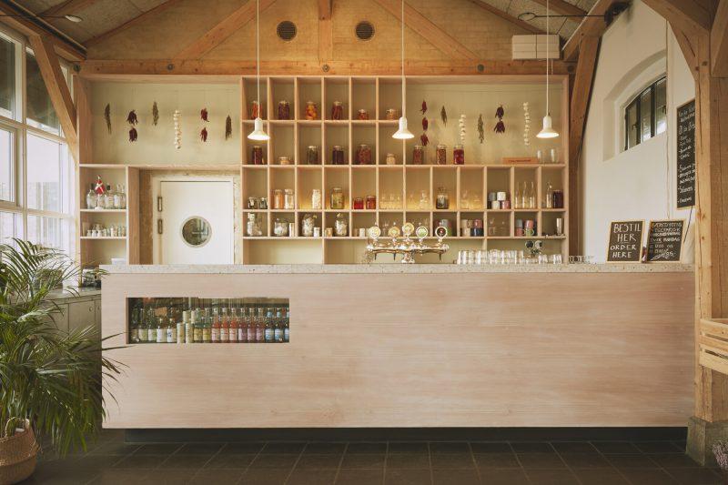 Hverdagen, diseño de interior de Vermland. La madera como clave estructural y visual