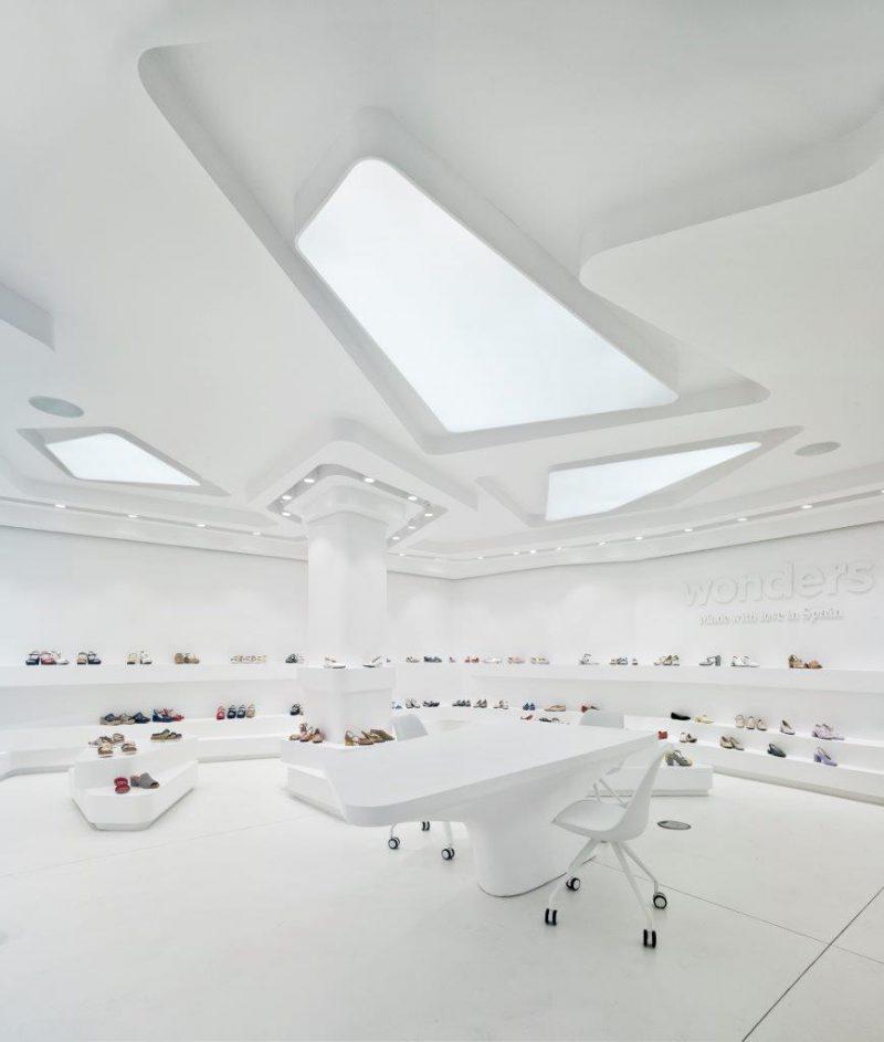 Diáfano y minimalista: el diseño de un showroom para celebrar el calzado
