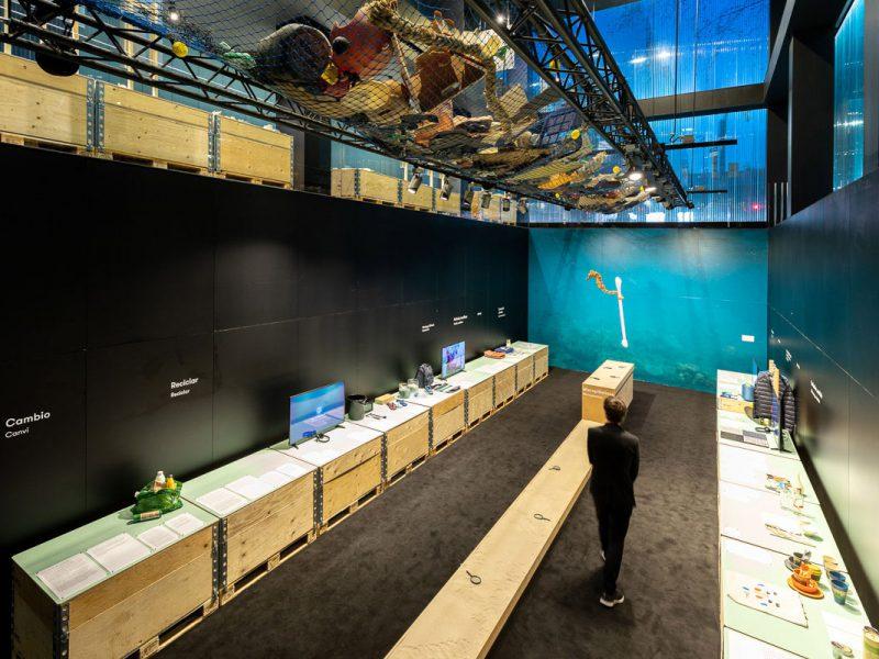 Mares de plástico en el Roca Barcelona Gallery. Una exposición creada por el Museo de Diseño de Zurich