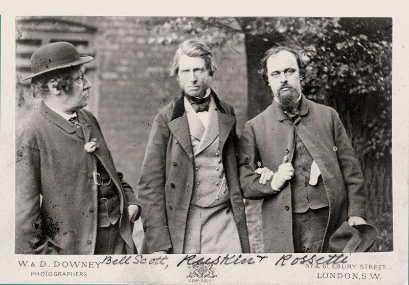 John Ruskin junto a Dante Gabriel Rossetti y William Bell Scott Scott hacia 1863en una fotografía tomada por William Downey (1829–1915).
