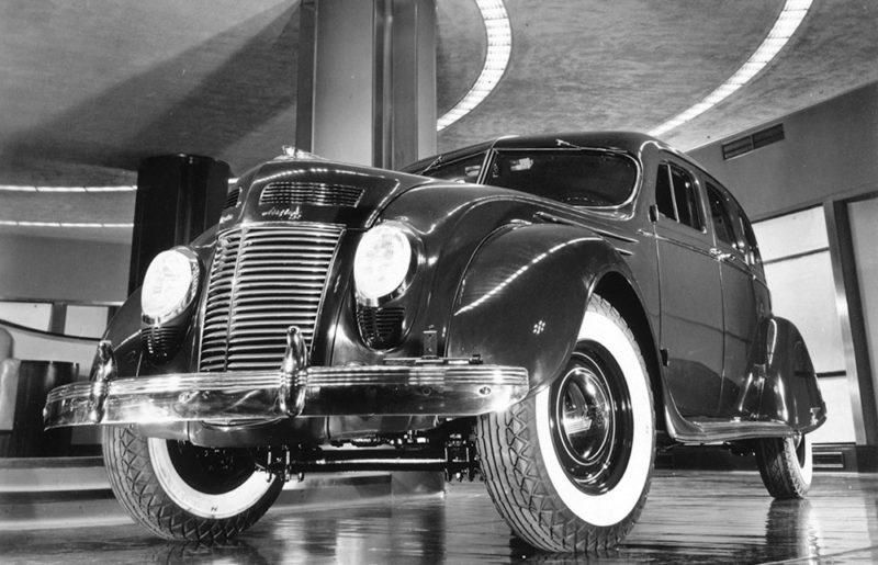 El Chrysler Airflow de Carl Breer en la sala de exposiciones del Chrysler Buiding en Nueva York en 1937. A pesar de su avanzado diseño no tuvo el esperado éxito comercial. US Library of Congress. Dominio público.