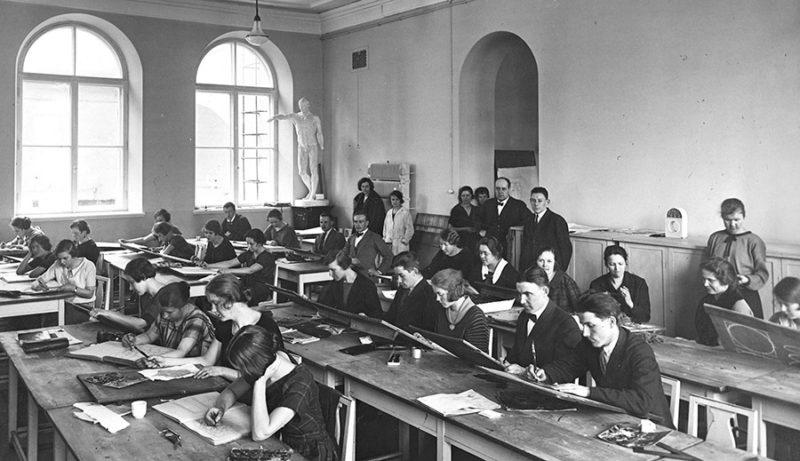 Clase de dibujo en la Escuela de Artes y Oficios de Helsinki, probablemente, hacia 1920. Archivo de la Aalto-yliopisto. Dominio público.