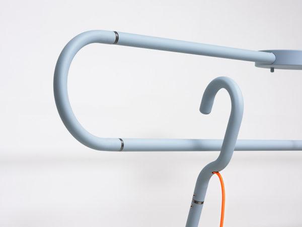 Hook, lámpara de suspensión de Huisu Jola. Una luminaria con gancho