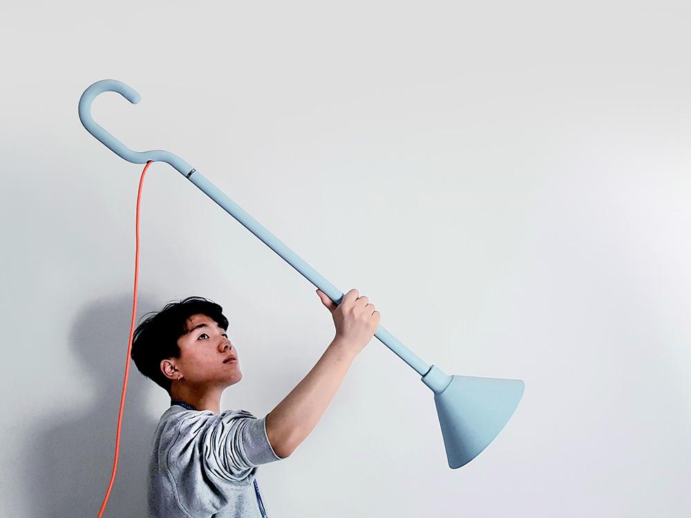 Hook, lámpara de suspensión de Huisu Jo. Una luminaria con gancho