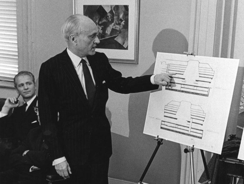 Philip Johnson en la presentación de su proyecto para la ampliación de la Biblioteca Central de la ciudad de Boston en febrero de 1967. Creative Commons CCBY2.0, City of Boston Archives.