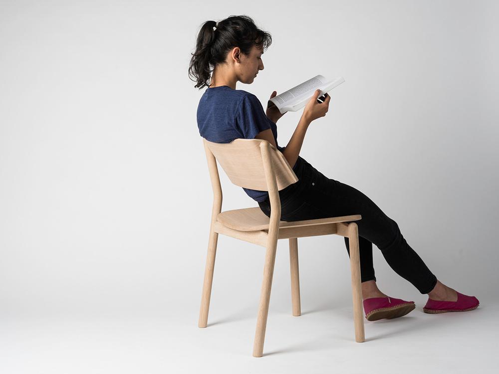 Silvia Barile presenta una opción en madera para los clásicos asientos de oficina