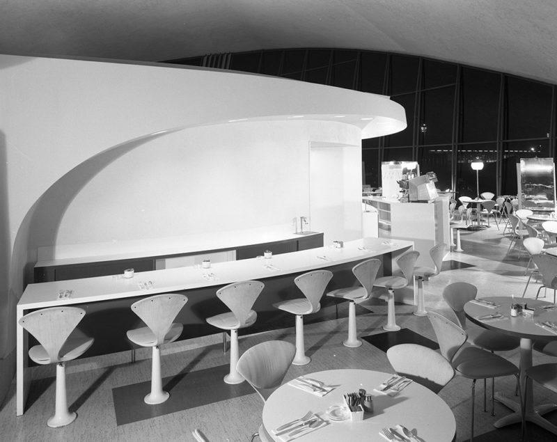 Raymond Loewy, Union News Restaurant en el actual aeropuerto John Fitgzetald Kennedy de Nueva York, 1962. Fotografía de la Gottscho Schleisner Collection, US Library of Congress. Dominio público.