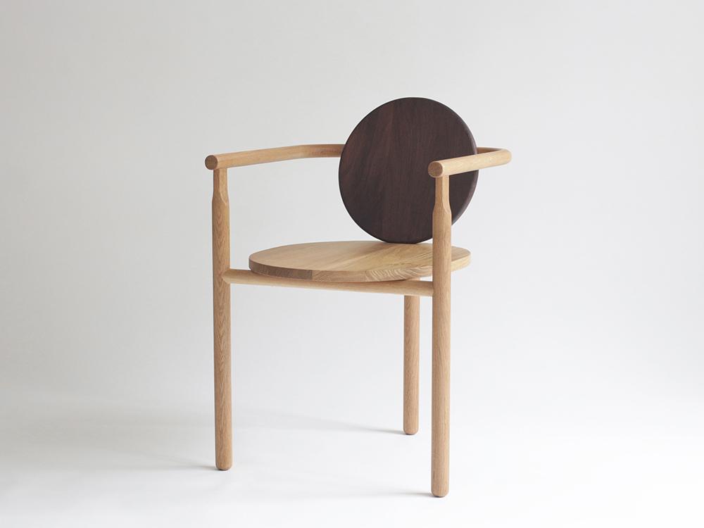 La silla Wong, circular y de tres patas. El mobiliario «Ming» de Milk Design