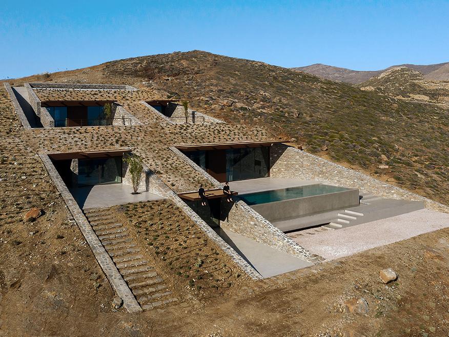 Ncaved, un casa incrustada en las escarpadas laderas de Serifos