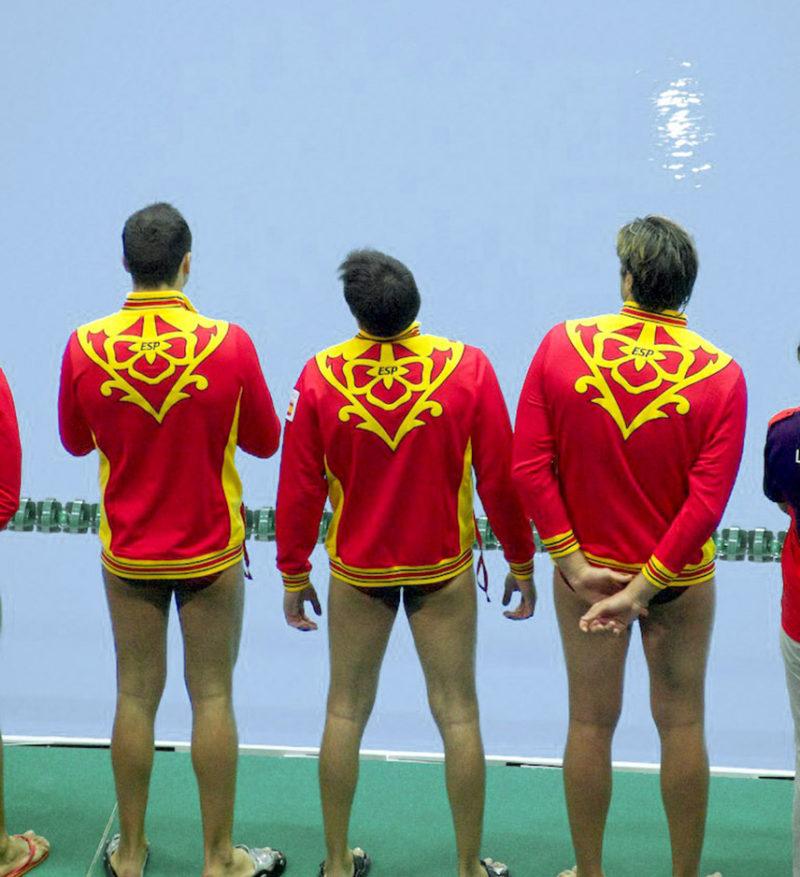 Jugadores de la selección española de waterpolo (vestidos con sus mejores galas) en los momentos previos a un encuentro contra Gran Bretaña durante los Juegos Olímpicos de Londres, jueves 2 de agosto de 2012. Fotografía de Adam Russell, Creative Commons CC BY-SA 2.0.