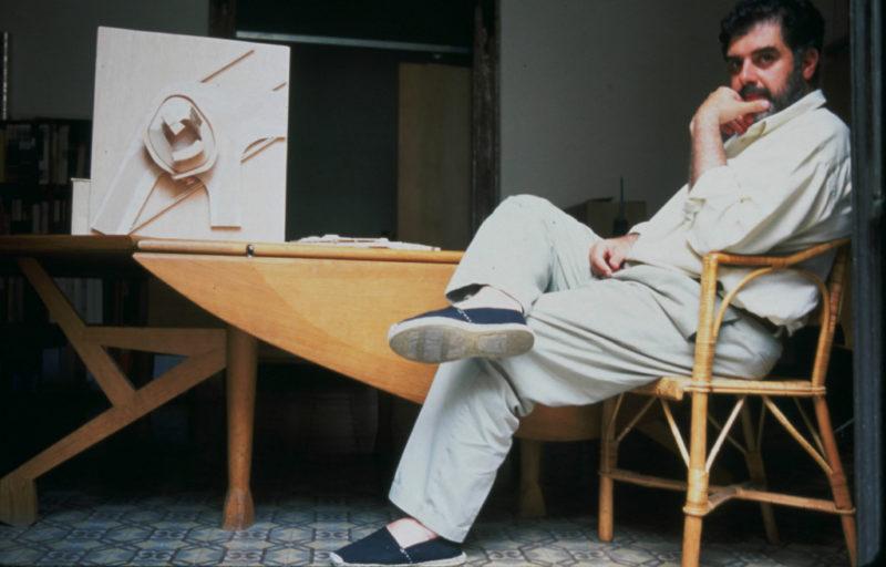 Enric Miralles junto a Mesa Inestable.