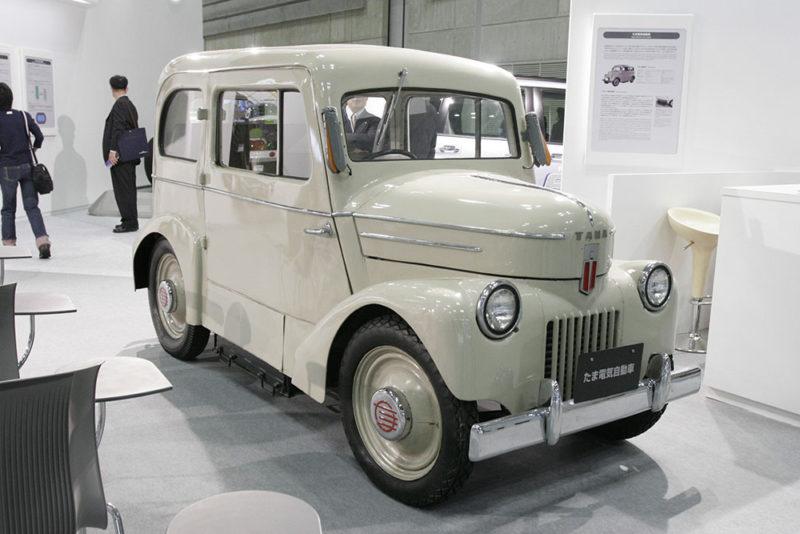 Automóvil eléctrico Tama producido por Nissan y la compañía aeronáutica Tachikawa expuesto tras su restauración. Fotografía de Baku13 (2006), Creative Commons (CC BY-SA 3.0).