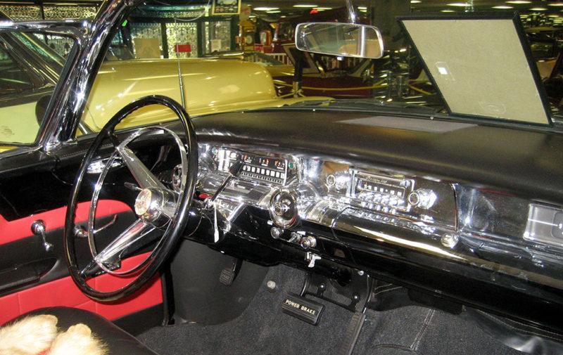 Interior de un Buick Roadmaster, modelo 76 C, convertible, 1957. Museo del Automóvil de Tallahassee. Fotografía de Infrogmation. Creative Commons CC BY-SA 3.0.