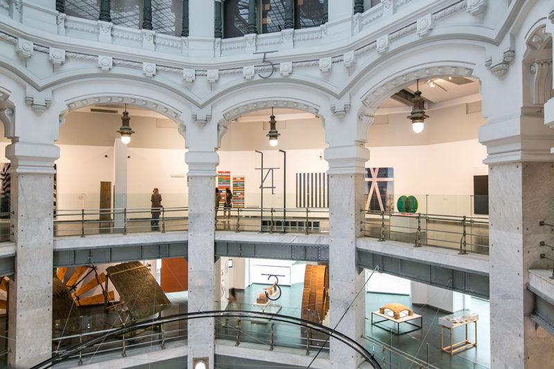 Imágenes desde el retrovisor: una visión actualizada de la colección del MAC en CentroCentro