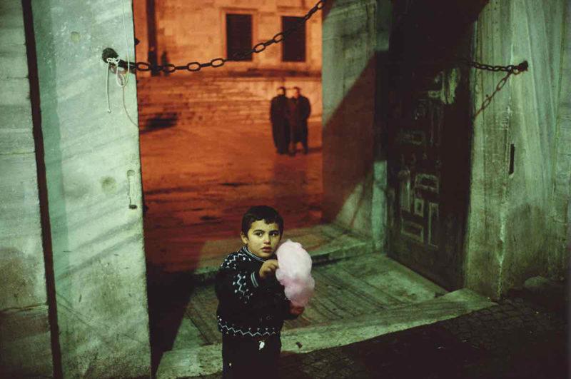 """Las salas de exposiciones temporales de los hoteles One Shot de Madrid (Recoletos y Fortuny) albergará hasta 30 de septiembre de 2021 Rimas de reojo, una exposición dedicada a la obra de los fotógrafos estadounidenses Alex Webb y Rebecca Norris Webb, probablemente una de las parejas creativas —y de hecho— más prolíficas y talentosas de la fotografía contemporánea y, en particular, de la llamada fotografía urbana. """"Rimas de reojo es una conversación visual entre Alex y Rebecca, una pareja que ha trabajado alrededor del mundo –juntos y por separado– durante casi 30 años"""", comentan desde la organización."""