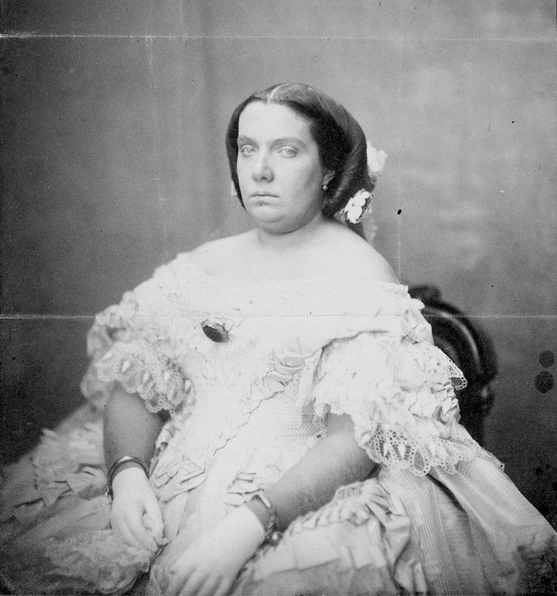 Su majestad la reina Isabel II, a sus treinta (espléndidos) años, en una fotografía tomada por Jean Laurent en la Villa y Corte hacia 1860. Tamaño de la imagen: 24,10 x 19,10 centímetros. Museo del Prado. Dominio público.