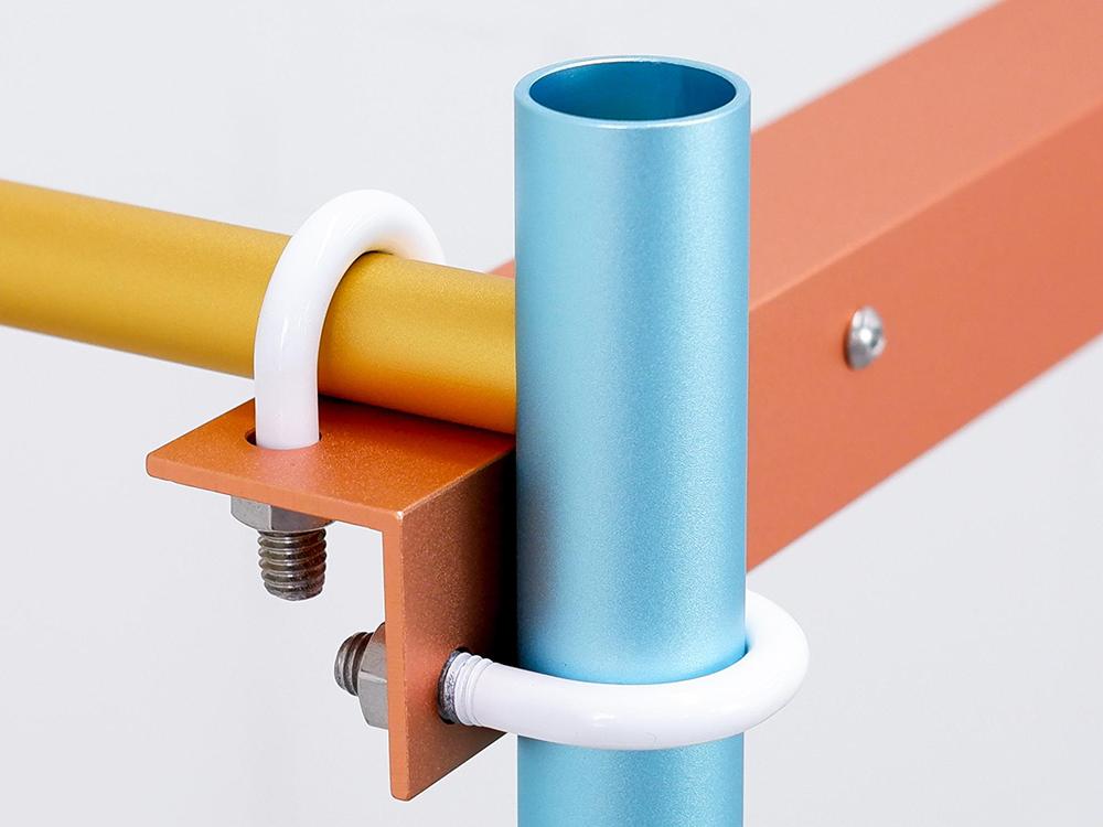 U-bolt: las mesas de Woojin Park y Donghyun Sohn. Angulos, tubos y abrazaderas de aluminio