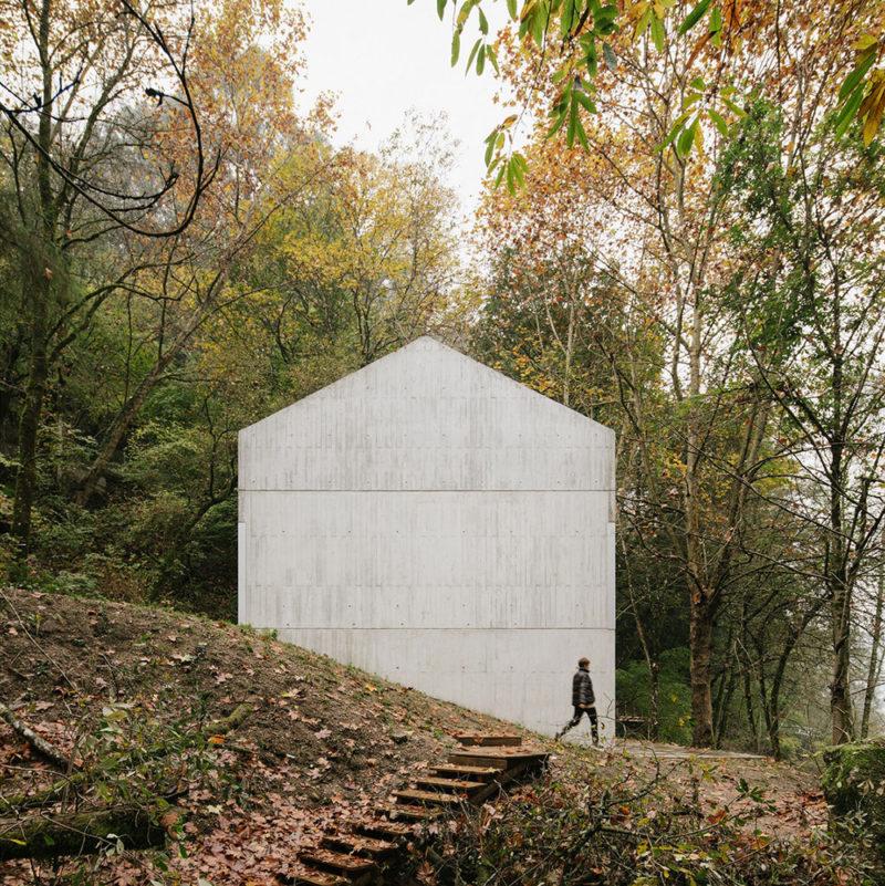 El refugio monolitico de Carvalho Araújo en los bosques portugueses