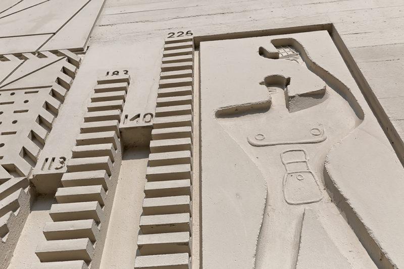 En la imagen, el desafortunado dibujo del Modulor de Le Corbusier en la Unité d'habitation de Berlín, construida en 1957. Fotografía de Martine de Flander, 123 RF.
