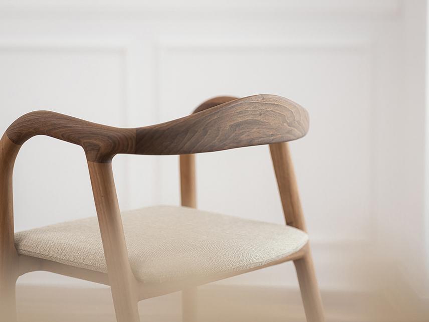 Mosso, los asientos de Charlie Pommier. Elegancia gala en madera