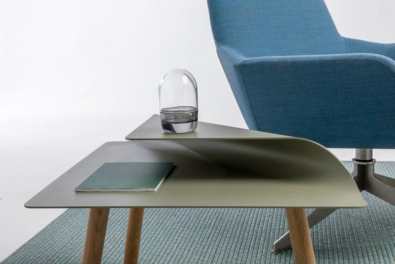 Nivo: acero y pliegues en las mesas auxiliares de Michael Hilgers